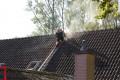 Brandfolkene måtte banke hul i taget, for at komme til at slukke ilden. Foto: Michael Johannessen.