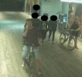 Københavns Vestegns Politi efterlyser manden og kvinden på dette billede, samt vidner, i en sag om et voldeligt overfald i et S-tog i august. Foto: Politiet.